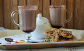 Two mugs with cocoa and cookies — ストック写真