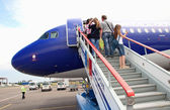 3 juillet 2015, Chisinau, Moldova, passagers gravir les échelons pour monter à bord du dirigeable — Photo