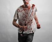 血腥的主题: 在血腥的 t 恤,举行一场血腥的蝙蝠在白色背景上的家伙 — 图库照片