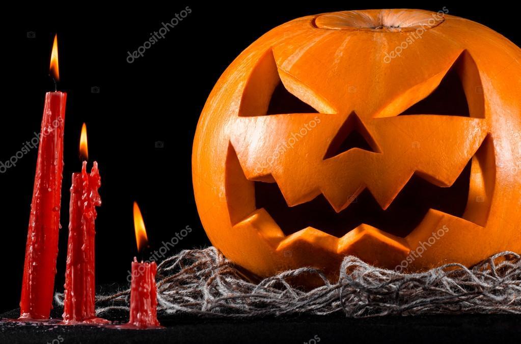 Citrouille effrayante jack lanterne citrouille halloween rouge bougies sur un fond noir le - Citrouille effrayante ...
