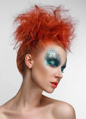 Rusovlasá dívka s zeleným make-up — Stock fotografie