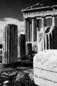 Mono ruined columns and pediment of Parthenon — Stock Photo