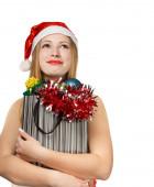 Jovem mulher com chapéu de papai noel com atributos de natal e presentes — Fotografia Stock
