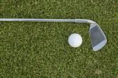 Golfový míček a golfového klubu na trávě — Stock fotografie
