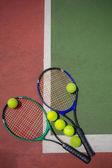 Tennis racket and balls on the tennis court — Stockfoto