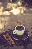 Coffee cup and coffee bean on a wooden table and Coffee plant.vi — Stock Photo