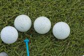 ゴルフ ボールと草の上ゴルフ クラブ — ストック写真