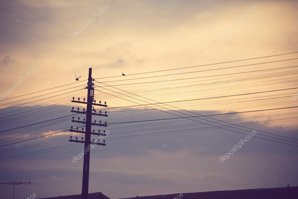 电塔与美丽的日落背景– 图库图片