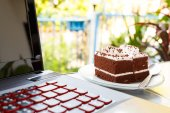 Chocolate cakes and notebook computer — Zdjęcie stockowe