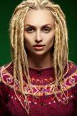 Portret pięknej dziewczyny z dredy — Zdjęcie stockowe