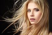Portrait de jeune fille blonde avec flottant cheveux — Photo