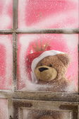 Teddy Bear on background of a winter window — Fotografia Stock