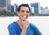 Šťastný chlap v modré košili s panorama v pozadí — Stock fotografie