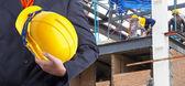 Arbeitnehmer oder Ingenieur halten Hände gelben Helm für Arbeitnehmer-se — Stockfoto