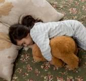 девушка в постели с мишкой — Стоковое фото