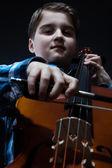 若いチェリストがチェロでクラシック音楽の演奏 — ストック写真