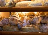 Pan en estantes — Foto de Stock