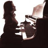 Pianist plays grand piano — Stock Photo