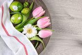 Pasen achtergrond met beschilderde eieren — Stockfoto