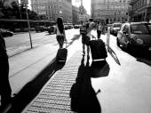 Tourist in europe carry luggage on paving street — Stock Photo