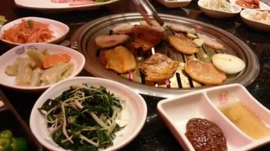 Korean barbecue traditional meal — Stock Video