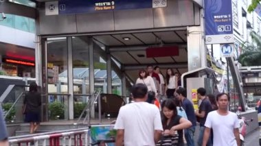 Commuter at metro, underground train station entrance at Bangkok — Video Stock