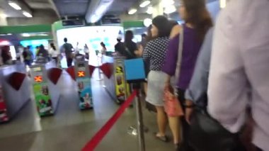 Bangkok, Thailand - 22 October 2014 -commuter at metro, sky train station ticket entrance — Video Stock
