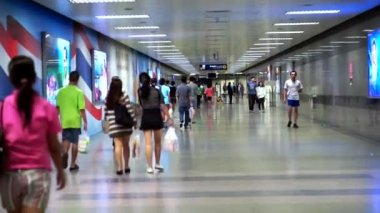 Bangkok, Thailand - 22 October 2014 -commuter at metro, underground train station entrance — Video Stock
