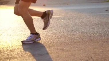 Marathon runners in the morning sun, healthy exercise concept — Stock Video