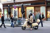 Woman rider in front of Europe Starbucks — Stock Photo