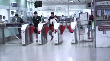 Bangkok, Thailand - 22 October 2014 -commuter at metro, underground train station ticket entrance — Stock Video