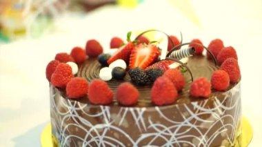 Chocolate cake with fresh berries — Stock Video