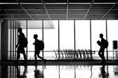 Siluety lidí na letišti — Stock fotografie