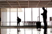 People silhouettes at airport — Stockfoto