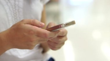 Lidé používající dotykový smartphone na veřejnosti — Stock video