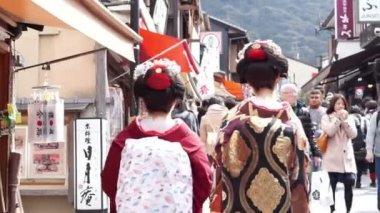 Cadde boyunca yürüyüş kimono Japon geyşa — Stok video