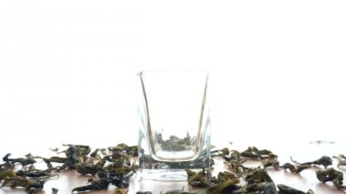 Dried Tea leaf filling in glass — Stock Video