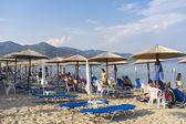 Velmi přeplněné pláže plné lidí iraklitsa beach, v kavale — Stock fotografie