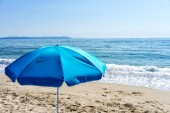 Parasol on a clear day at the beach — Stock Photo