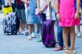 Studenti s jejich batohy. první den školy jde — Stock fotografie