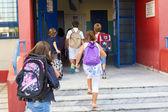 Alunos com suas mochilas entrar na faculdade. primeiro dia de — Fotografia Stock