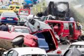 Grote vrachtwagen crashte in een aantal auto's en 4 personen waren kil — Stockfoto