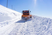 Snowmobile moving snow to clear the roads in Falakro ski center, — Stockfoto