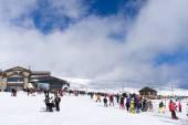Skiers enjoy the snow at Kaimaktsalan ski center, in Greece. Rec — Zdjęcie stockowe