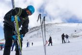 Skiers enjoy the snow at Kaimaktsalan ski center, in Greece. Rec — Stock Photo