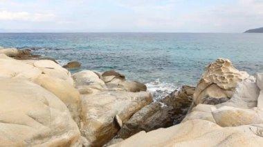 Beach with rocks in Vourvourou. Halkidiki, Greece — ストックビデオ