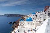 サントリーニ島のオイア村の青と白の教会。ギリシャ — ストック写真