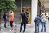 People stand in a queue to use the ATMs of a bank — Stock Photo