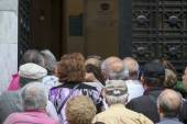 Pensioners queue outside a National Bank branch as banks only op — Stock Photo