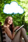 Genç kadın ile laptop park — Stok fotoğraf